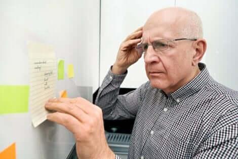 En eldre mann som ser på en liste med et forvirret uttrykk.