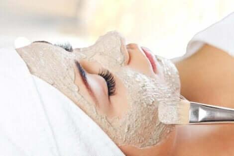 En kvinne på et spa som får ansiktsbehandling.