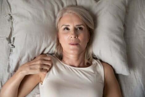 En kvinne som ikke får sove om natten på grunn av angst.