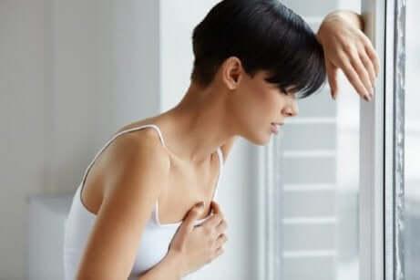 En kvinne som lider av kronisk utmattelse