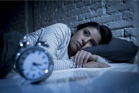 En kvinne som lider av nattlig angst.