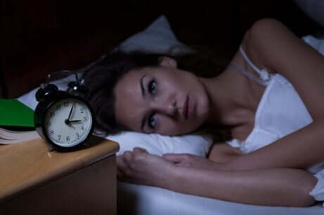 En kvinne som lider av søvnforstyrrelser