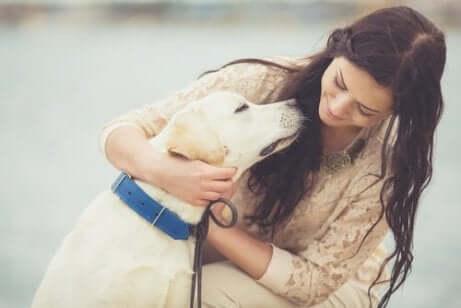 En lykkelig kvinne med hunden sin.