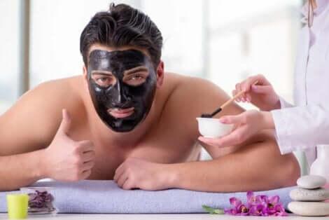 En mann som bruker en kull-ansiktsmaske.
