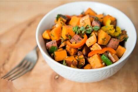 En skål med stekte grønnsaker.