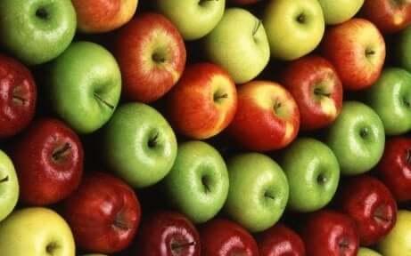 Epler som ligger stablet etter farge.