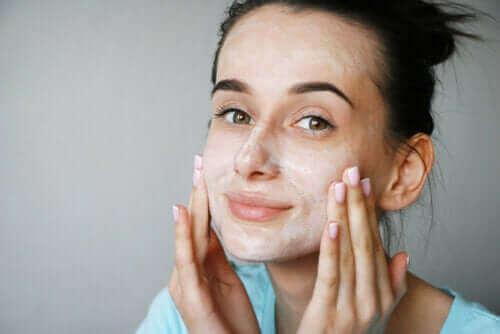 Er masker av kjernemelk bra for huden?