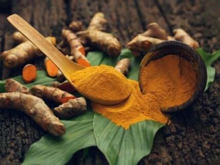 Gurkemeie er antibakteriell og hjelper til med å fjerne det hvite laget som akkumuleres på tungen