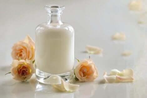 Kjernemelk i en krukke med roser.