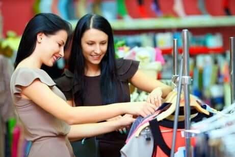 Kontroller stoffet på klesplaggene før du kjøper dem