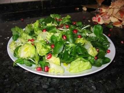 Salat med granateplefrø.