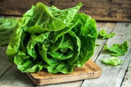 Salatblader på et skjærebrett