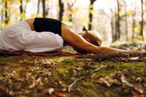 Yogameditasjon i skogen