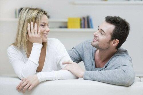 En mann og en kvinne som smiler