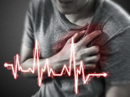 en person som lider et hjerteinfarkt