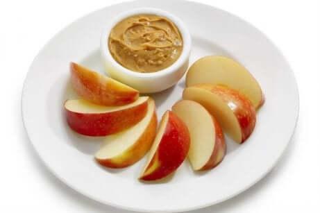 Epler med peanøttsmør - snacks du bør ha for hånden