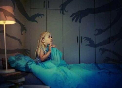 Hvordan kan barn overvinne frykten for mørket?