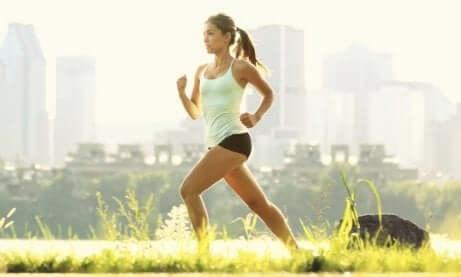 Kvinne løper utendørs