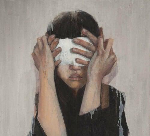 Kvinne med dekket ansikt.