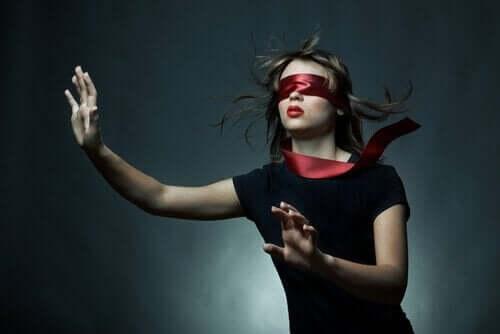 Kvinne som går i blinde.