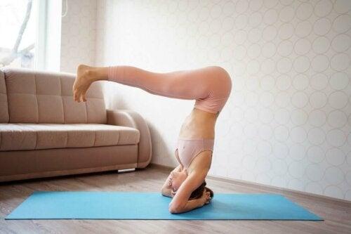Kvinne som gjør pilates.