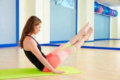 Kvinne som gjør pilates på avansert nivå.