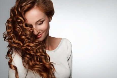 Å dusje med kaldt vann forbedrer huden og håret ditt