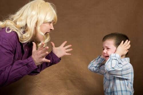 Å kjefte på barn.