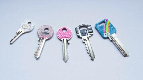 Å bruke neglelakk på nøkler.