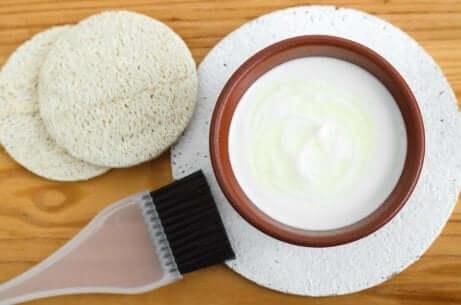 Ansiktsmaske med yoghurt og banan for glatt og ungdommelig hud