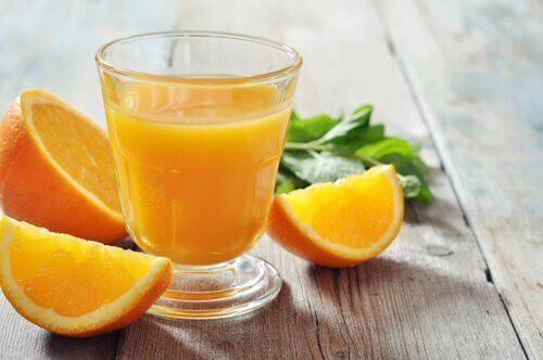 Appelsinjuice for å styrke neglene