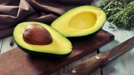 Avokado som er delt i to