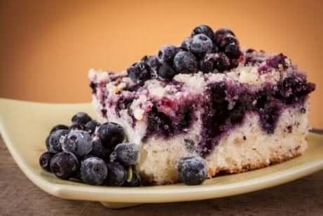 De lette søtsakene: Blåbærmuffins på en tallerken