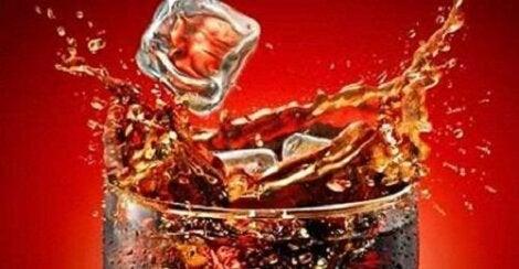 Drikke sukkerholdige drikker