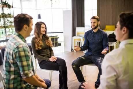 En gruppe mennesker som sitter og samhandler med hverandre på en sunn måte