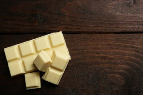 En hvit sjokoladeplate på bordet.