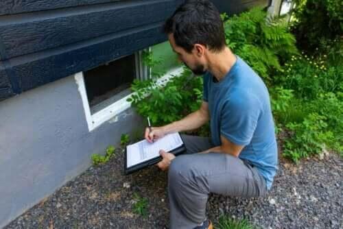En inspektør som vurderer et hus.
