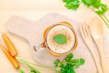 En kopp med gulrot-detox