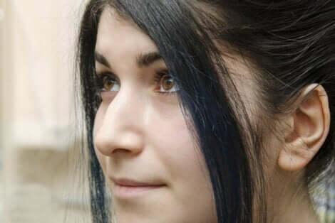 En kvinne med stor nese.