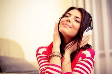 Tips for å unngå søvnighet på dagtid: En kvinne som lytter til musikk med hodetelefoner