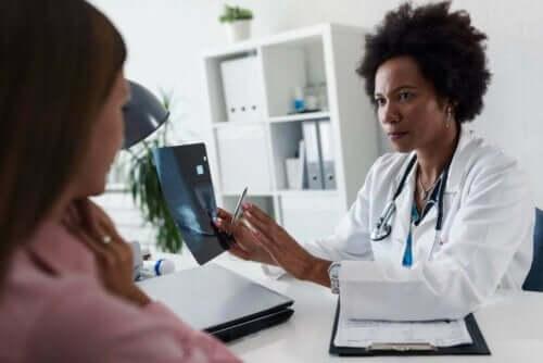 En lege som snakker med en pasient.