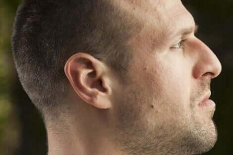 En mann i profil.