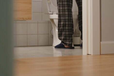 En mann med urininkontinens.