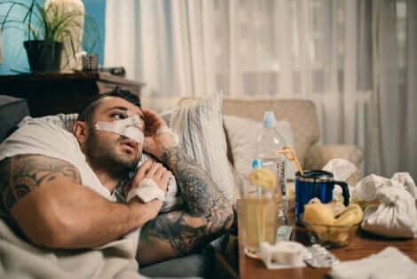 En mann som har plaster over nesen.