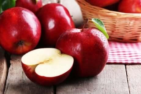 Epler som ligger på et bord