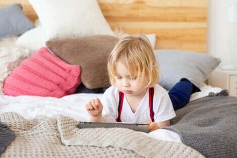 Et barn som leker på et nettbrett.