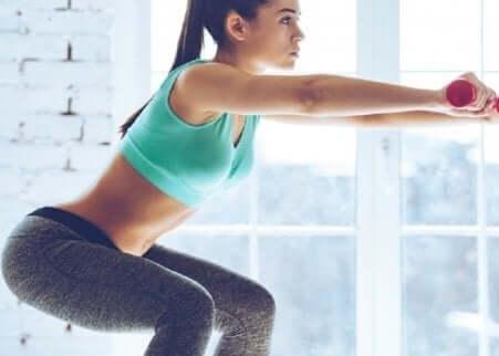 Knebøy for å bekjempe cellulitter på rumpa og lårene