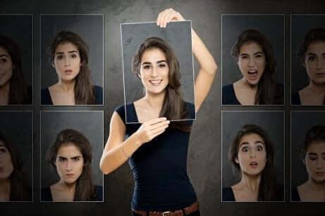 Kvinne med bilder av mange ansikter, hvert med forskjellige følelser