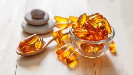 Negler svekkes ofte som følge av dehydrering. For å holde dem hydrert, er E-vitaminolje spesielt nyttig fordi den nærer og styrker dem.