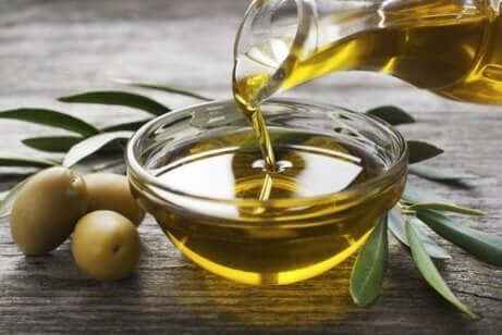 Olivenolje for å styrke svake negler